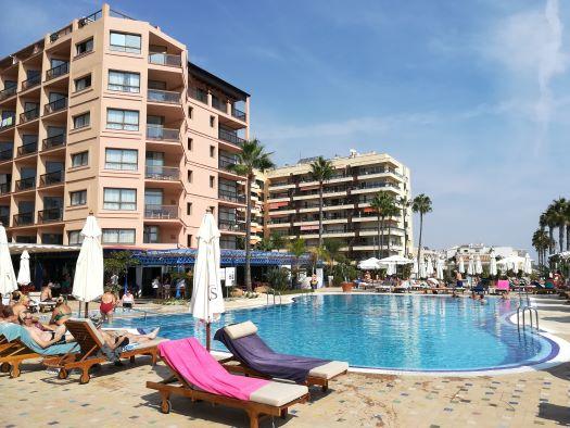 het zwembad en tuin van Hotel Amaragua Carihuela